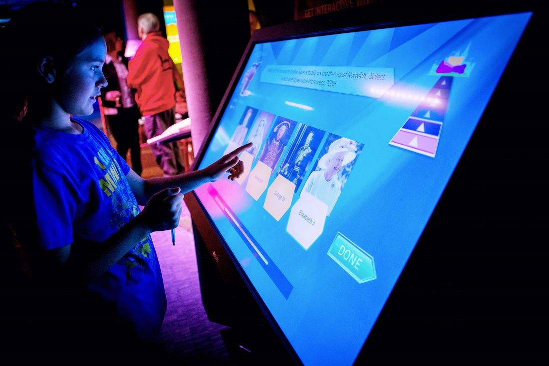 Interactive visual installation for Museums visitors